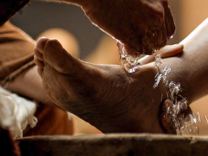 004-jesus-washes-feet